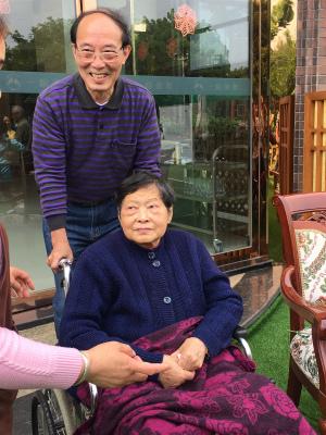 成都好的养老院一暄康养的鲁奶奶和她的儿子