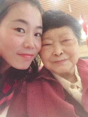 成都好的养老院一暄康养的鲁奶奶和照护师蓉蓉合影