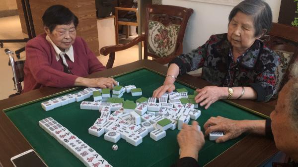 成都养老院一暄康养的鲁奶奶打麻将