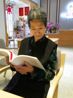 成都天府新区养老院一暄康养-爱阅读的肖奶奶