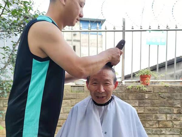 理发师为长者免费理发