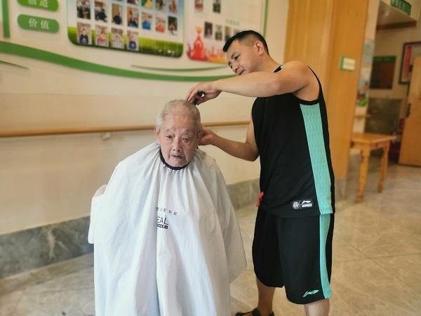 理发师为长者义剪