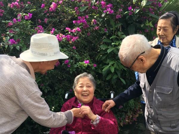 一暄康养的绅士们给美女献花
