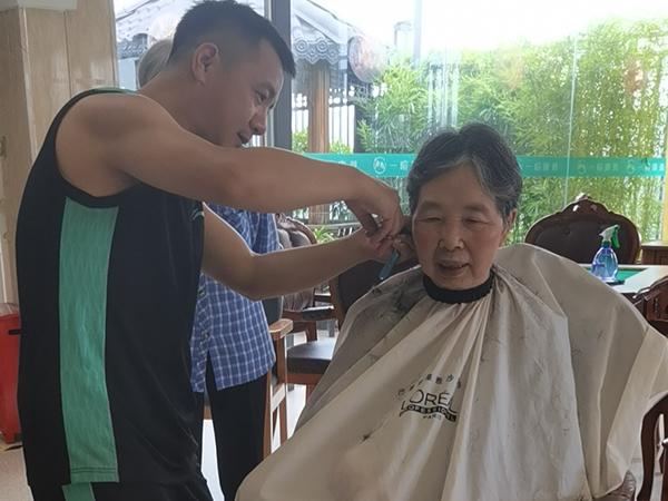 理发师为奶奶爱心义剪