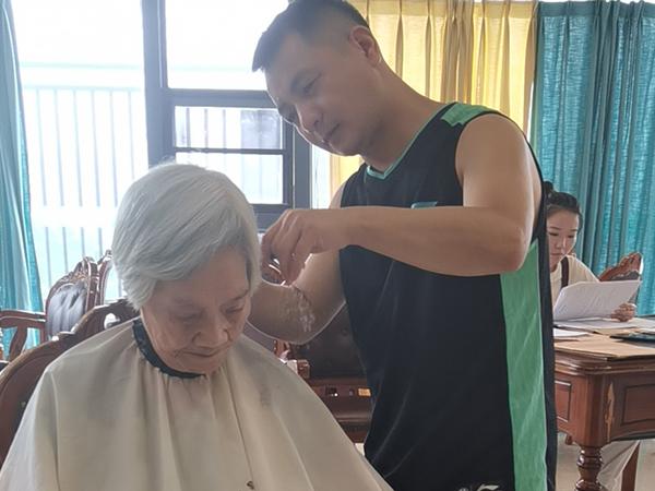 为奶奶爱心义剪