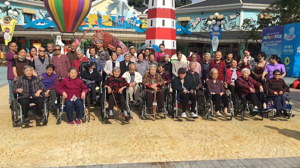 1-8 天府新区养老院天气晴朗的时候组织行动不方便的长者逛公园