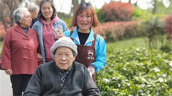 2-10 成都金牛区养老院天气晴朗的时候组织行动不方便的长者逛公园