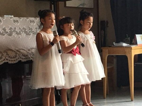 公兴小学的小朋友为一暄康养长者表演唱歌