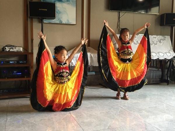 公兴小学的小朋友为一暄康养长者表演跳舞