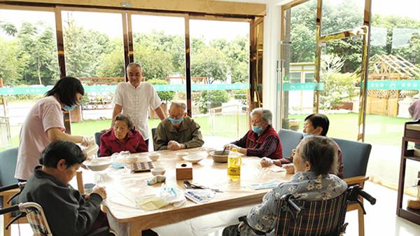 成都金牛养老院老人学习烘焙牛奶小蛋糕
