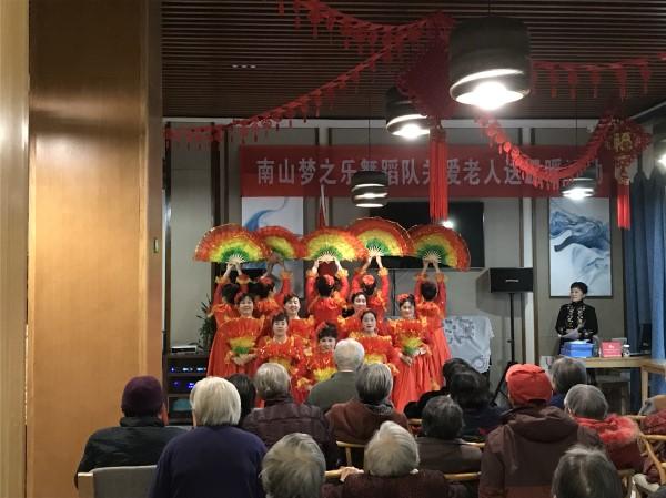 南山社区梦之乐舞蹈队关爱老人送温暖活动在成都养老院一暄康养举行