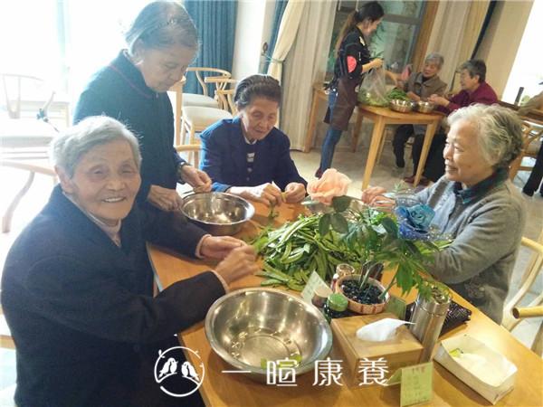 左奶奶与其他长者一起择菜