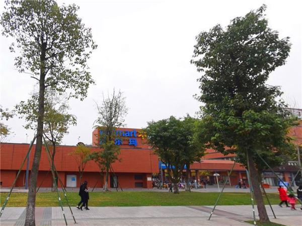 成都养老院一暄康养两河公园店附近的沃尔玛购物中心