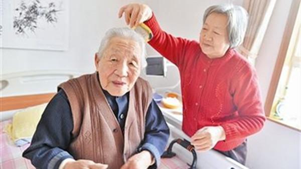 成都金牛区养老院一暄康养分享老人梳头的好处(一)