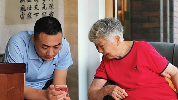 一暄康养奶奶正在看手机