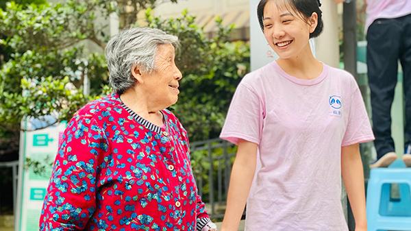 护理员带奶奶散步