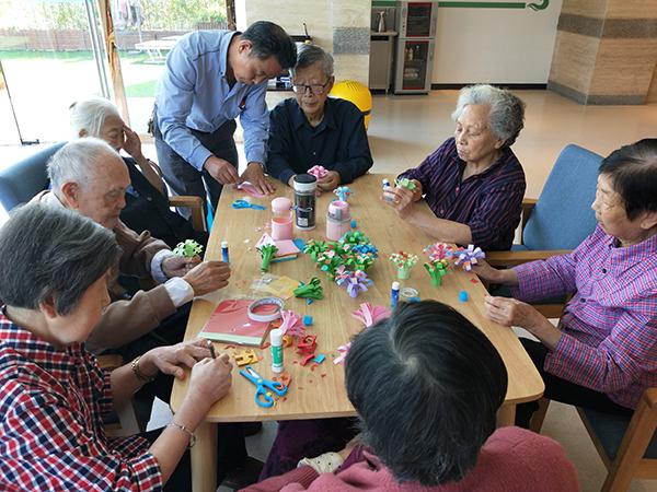 成都金牛区养老院一暄康养组织老人参与折纸花活动