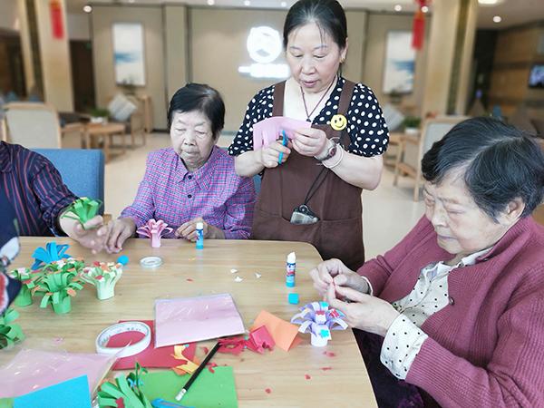 成都金牛区养老院一暄康养组织老人参与折纸花活动1