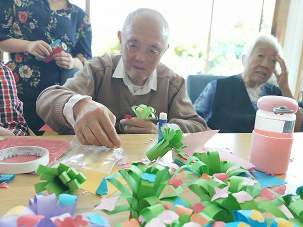 成都金牛区养老院一暄康养组织老人参与折纸花活动2