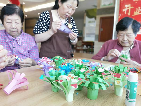 成都养老院一暄康养组织老人参与折纸花活动1