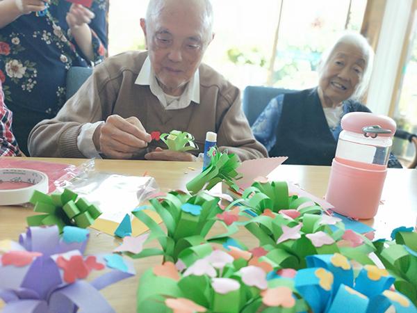 成都养老院一暄康养组织老人参与折纸花活动2