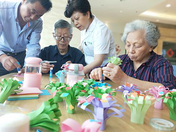 成都养老院一暄康养组织老人参与折纸花活动4