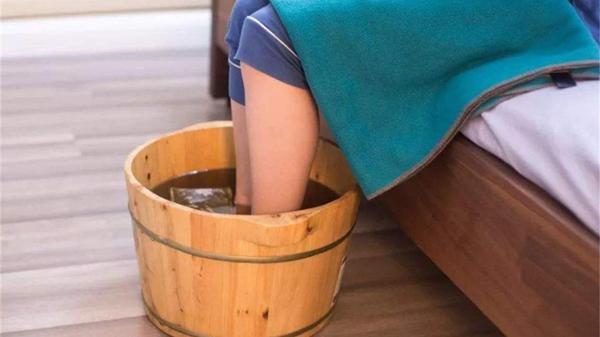 艾叶泡脚虽好,注意事项成都金牛区养老院一暄康养提醒您要记牢-泡脚注意保暖
