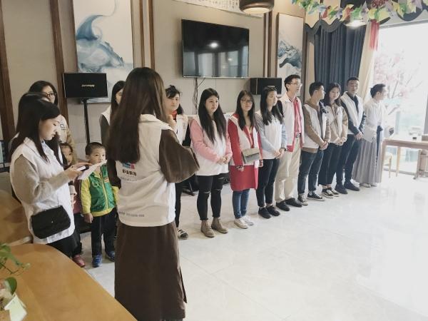 联强集团和席文教育的志愿者为爷爷奶奶表演节目