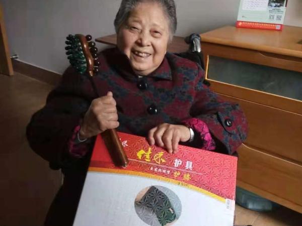 收到礼物开心的奶奶