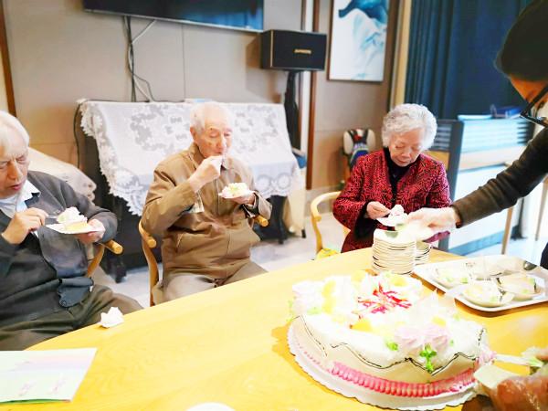 成都高端养老院一暄康养2月寿星吃蛋糕1