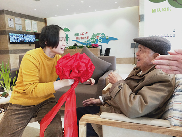 成都高端养老院一暄康养两河公园分院为老人举办集体迎新会 (4)