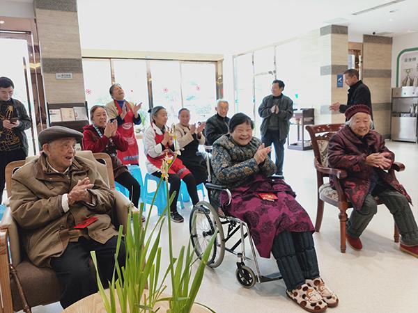 成都高端养老院一暄康养两河公园分院为老人举办集体迎新会