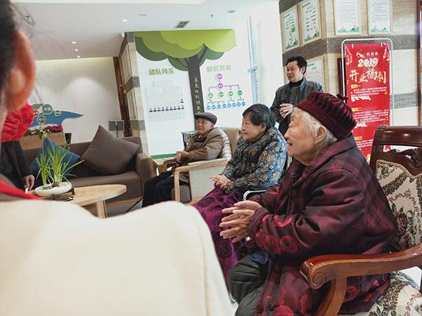 成都西门养老院一暄康养两河公园分院为老人举办集体迎新会 (7)