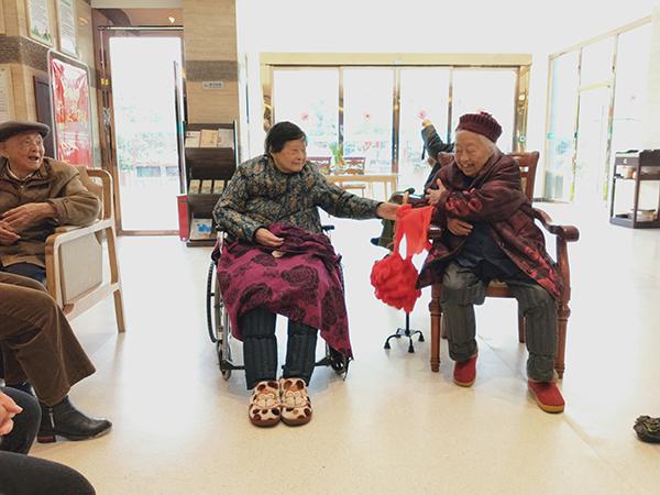 成都高端养老院一暄康养两河公园分院为老人举办集体迎新会 (3)