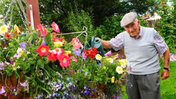 毗邻高新西区的高端养老院一暄康养西门分院为您分享:春季种花养护方法(一)如何正确浇水