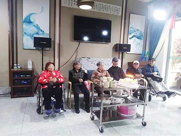四川文化产业职业学院走进成都养老院为老人庆生5