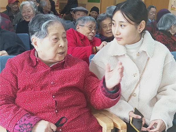 四川文化产业职业学院走进成都养老院为老人庆生1