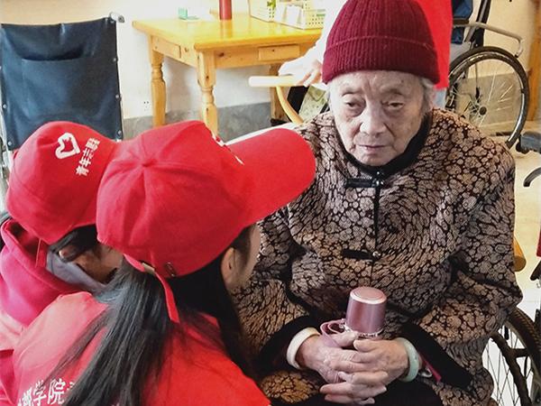 四川文化产业职业学院走进成都养老院为老人庆生2
