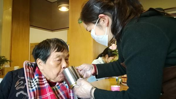 成都养老院一暄康养推荐老人养生保健的方法-按时喝水