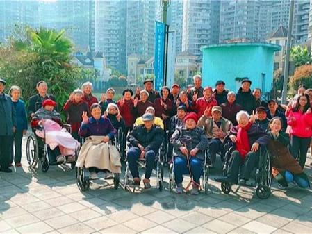 一暄康养组织长者在妇女节结伴游览海洋公园