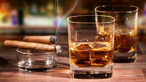 高血压患者要尽量避免抽烟饮酒