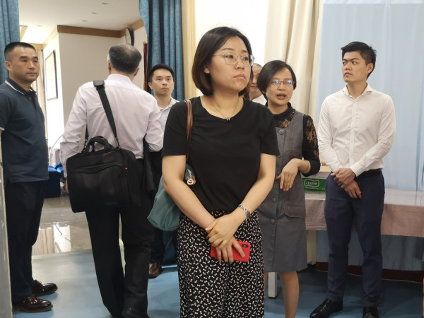 新加坡来访团参观成都养老院一暄康养康复理疗室