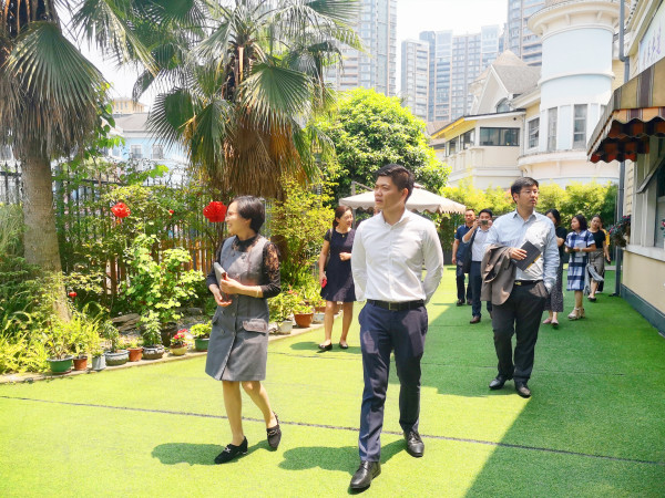 成都高端养老院一暄康养负责人许超女士为新加坡来访团介绍3