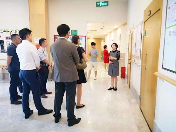 成都高端养老院一暄康养负责人许超女士为新加坡来访团介绍2