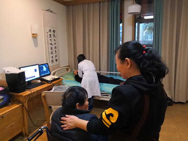 一暄康养南门分院2018年度体检,协调四川省石油总医院的医护人员为爷爷奶奶们上门体检,B超检查现场