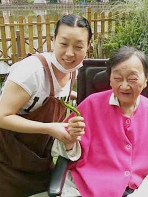 一暄康养员工吴江英与杨奶奶合影