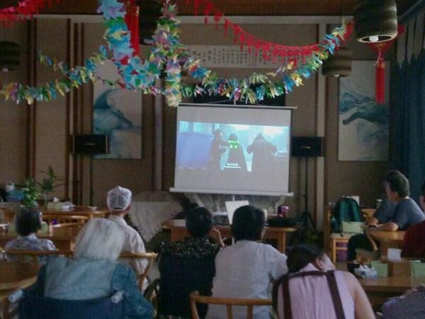 树德外国语学校志愿者到一暄康养为老人组织观赏电影活动