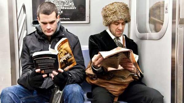 成都养老院一暄康养为您揭露搭乘地铁的4个健康法则(下)-坐地铁看书看报