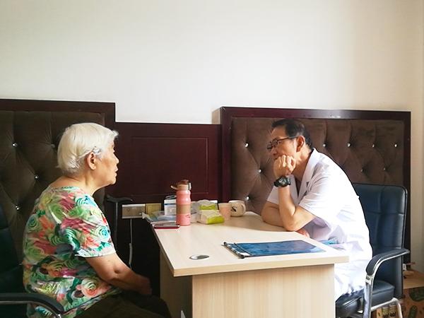 王医生与奶奶交谈