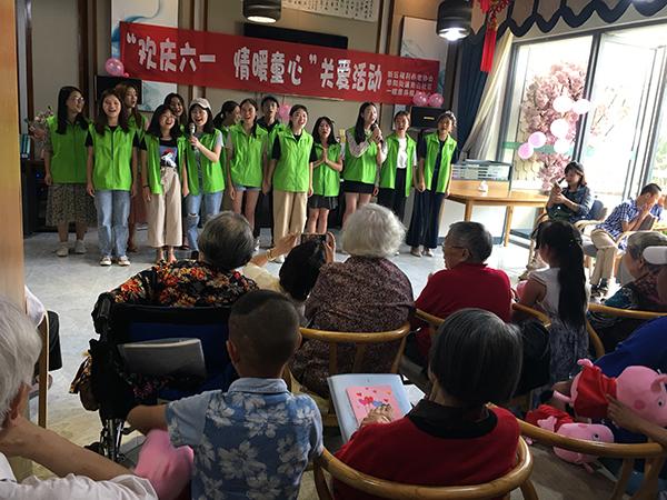 志愿者表演节目
